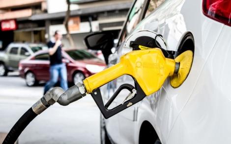 No acumulado no mês de novembro, redução chega a 10,8%. Preço para distribuidores cairá de R$ 1,6734 para R$ 1,6616 o litro a partir desta terça-feira. (Foto: Adriana Toffetti/A7 Press/Estadão Conteúdo)