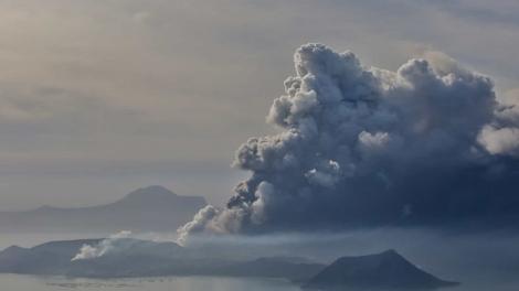 O Instituto Filipino de Vulcanologia e Sismologia informou que a atividade começou por volta das 13h deste domingo (12). (Reuters)