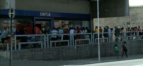 Beneficiários esperam para sacar o Auxílio Emergencial em João Pessoa. Na cidade, mais de 20 mil empreendedores tiveram acesso ao benefício — Foto: Reprodução/TV Cabo Branco