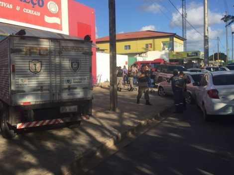 Carro descaracterizado da polícia bateu no veículo do suspeito que morreu (Foto: Walter Paparazzo/G1)