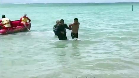 Suspeito foi detido pela Polícia Militar dentro do mar em Cabedelo (Foto: Reprodução/TV Cabo Branco)