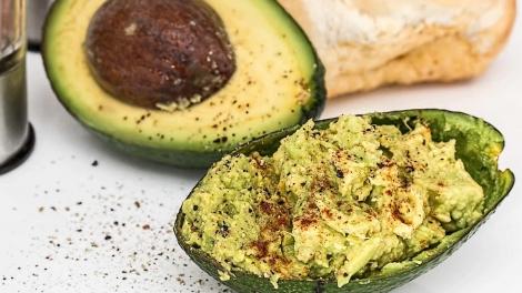 A maionese industrial é conhecida por ter bastante calorias e gorduras; Veja uma versão fit com abacate! (Foto: Pixabay)