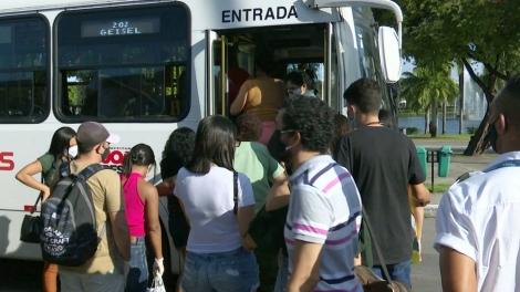 Ônibus voltaram a circular em João Pessoa na segunda etapa da flexibilização do isolamento social — Foto: Reprodução/TV Cabo Branco