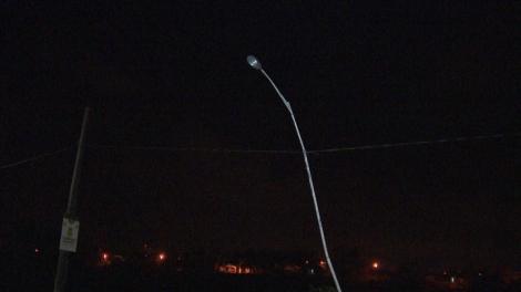 Com o impacto da batida, o poste ficou amassado. Caso aconteceu no quilômetro 170 da BR-230 — Foto: Reprodução/TVParaíba