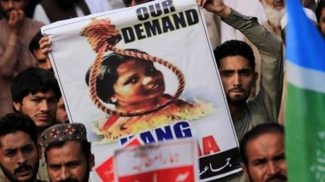 Ruas bloqueadas, carros incendiados e pessoas feridas em várias cidades do Paquistão, durante protestos contra Asia Bibi. (Foto: EFA)