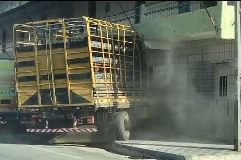 Motorista perde controle de caminhão e invade pousada em Sousa