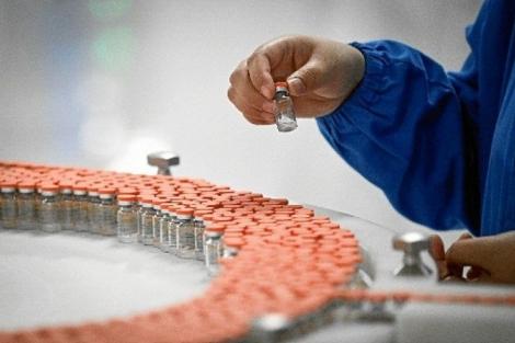 Apesar de já ter chegado ao país, vacina ainda não pode ser usada até a liberação da Anvisa. (Foto: Wang Zhao/AFP)