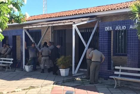 Dupla entra em fórum de Cabedelo e efetua quatro disparos contra sargento; nenhum atingiu o militar (Foto: Walter Paparazzo/G1)