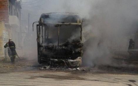 Seis pessoas foram presas por ataques a ônibus em Fortaleza e na região metropolitana da capital do Ceará (Reprodução/Twitter - @betura)