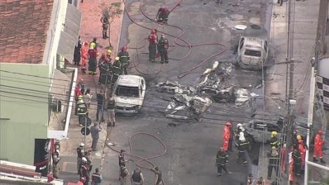 Segundo o Corpo de Bombeiros, outros três ficaram feridos. Em abril, outra aeronave caiu na mesma rua, no Caiçara. (Foto: Reprodução/TV Globo)
