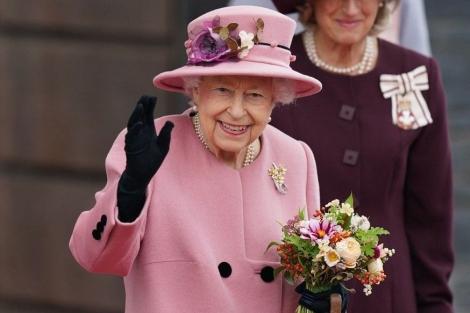 Monarca, de 95 anos, esteve no local para a realização de exames, após os médicos pedirem descanso e ela concordar em cancelar viagem à Irlanda do Norte