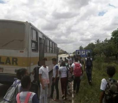 Em Sobrado: Ônibus escolar tem princípio de incêndio e alunos voltam para casa a pé às margens da BR