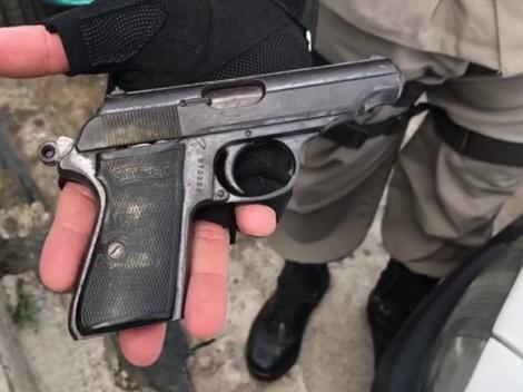 A arma que a irmã manuseava foi recolhida pela Polícia Militar (Foto: Walter Paparazzo/G1)