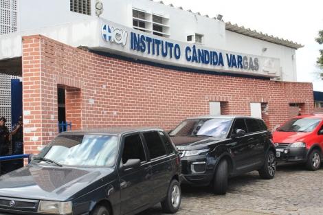 Amigos denunciam Maternidade Cândida Vargas. (Foto: Walla Santos)
