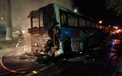 Incêndio em ônibus interdita BR-104, no Agreste da PB
