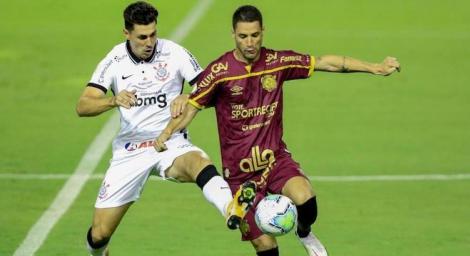 Danilo Avelar e Thiago Neves brigam pela bola no meio-campo na Ilha do Retiro. (Foto: Marlon Costa/Estadão Conteúdo)