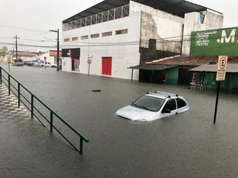 Rua por trás do Mercado da Torre, em João Pessoa, alagada nesta sexta-feira (26) — Foto: Felícia Arbex/TV Cabo Branco