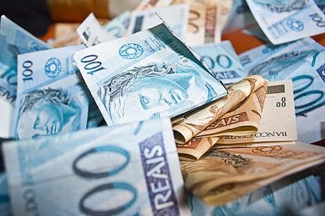 Bolsonaro aprova ajuda aos Estados com veto a reajuste de servidores.