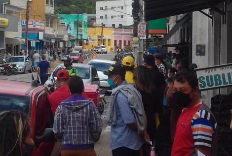 Bananeiras: longa fila para retirada do auxílio emergencial da Caixa. (Foto: reprodução/internet)