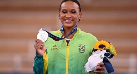 Rebeca Andrade conquistou a primeira medalha da ginástica artística feminina da história. (Fot: MARTIN BUREAU/AFP)