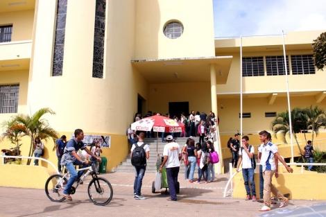 A manifestação acontece na frente do Lyceu Paraíbano (Foto: Walla Santos)