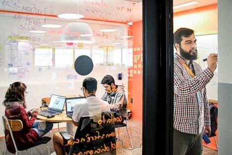 Até 2022, a empresa quer oferecer 130 mil bolsas para a formação de desenvolvedores fullstack. (Foto: Take Blip/Divulgação)